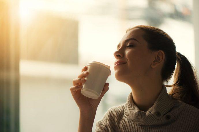 Tomar café y beber alcohol podrían ser la clave de la longevidad según un nuevo estudio