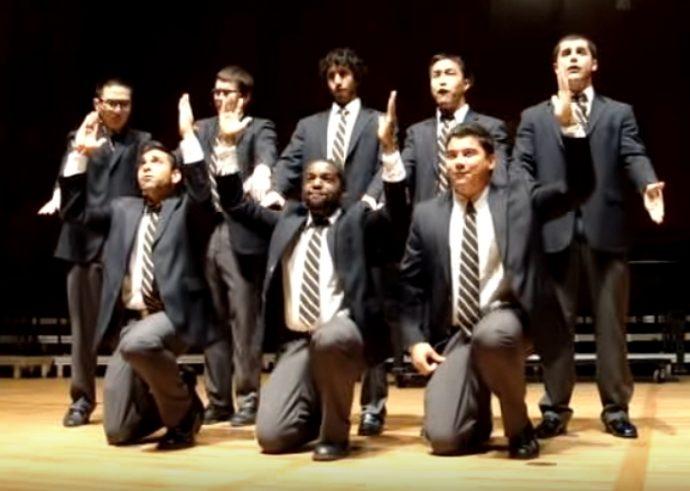 """8 Hombres provocan las risas del público a los 30 segundos tras empezar a """"cantar"""" un éxito de Queen"""