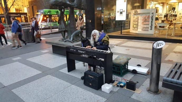 Una artista callejera de 80 años se vuelve viral en Internet al mostrar el genio del piano que lleva dentro