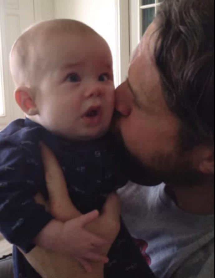 Un padre ejemplar encuentra y comparte el truco que ha usado con su hijo ciego para calmarlo cuando llora