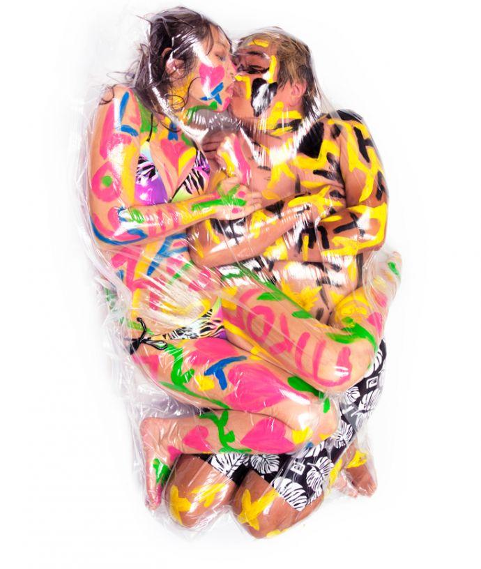 6 Surrealistas imágenes de parejas que decidieron envasarse al vacío para sus fotografías de bodas