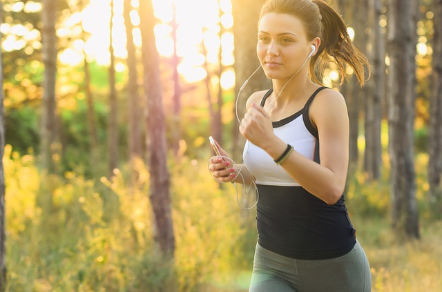 mujer corriendo ejercicio fisico