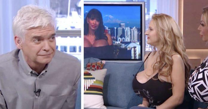 una mujer operada con unos enormes implantes de pecho la lia en una entrevista de television banner