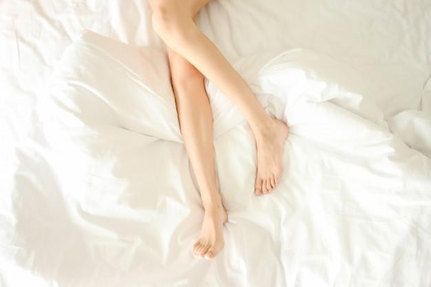 10 Cosas que le ocurren a tu cuerpo cuando empiezas a dormir desnudo en la cama