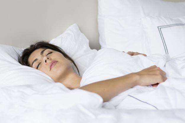 10 motivos por los que todo el mundo deberia dormir desnudo 1523347051