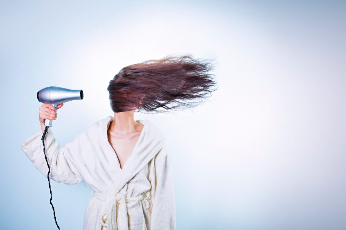 5 Errores constantes a la hora de plancharse y secarse el pelo que hacen que lo pierdas