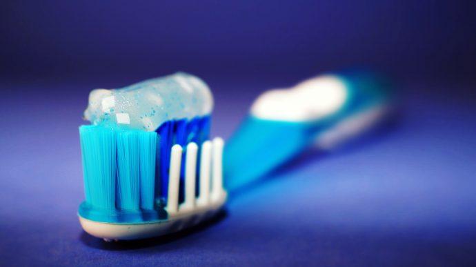 Te contamos la repugnante historia real que se oculta tras el invento del cepillo de dientes