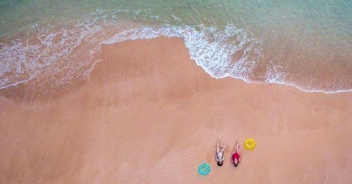 una fotografia de vacaciones en la playa se convierte en el centro de las criticas por su visible error banner