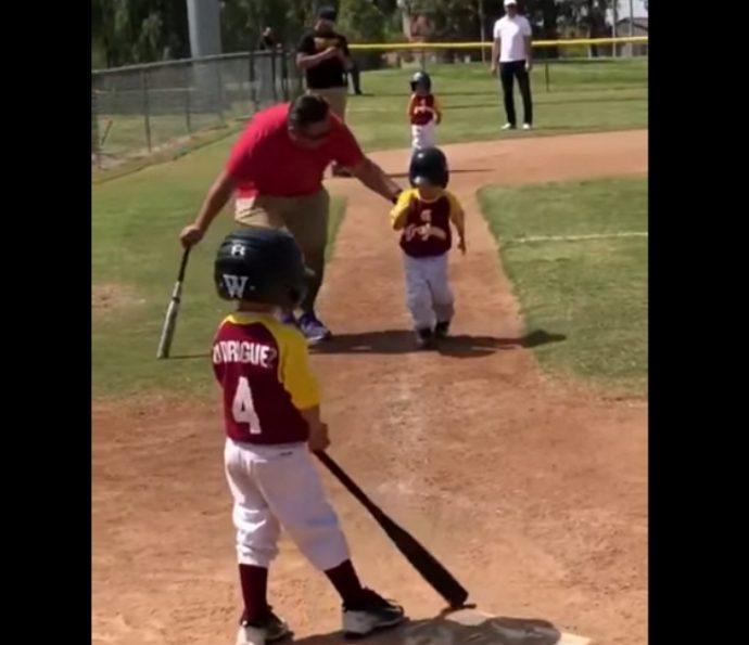 Un pequeño de 3 años se viraliza al intentar obedecer las órdenes de su entrenador