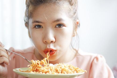 4 Razones por las que las mujeres deberían dejar de comer fideos instantáneos