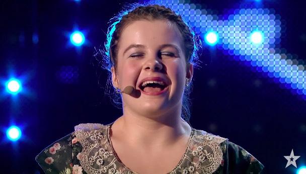 Una niña de 14 años se hace viral en Got Talent al tocar el piano con los pies y contar su historia de superación