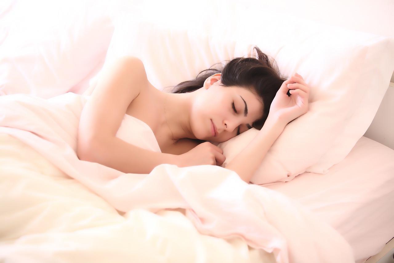 5 Curiosos motivos que explican por qué nos movemos tanto cuando estamos en la cama