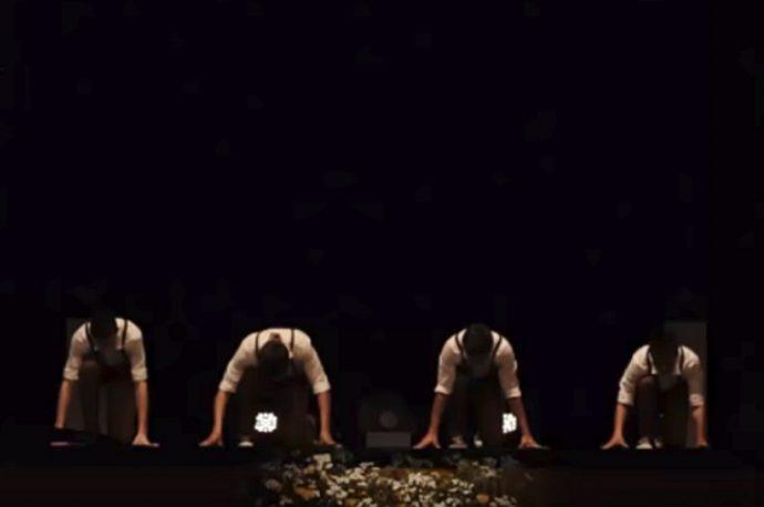 4 Chicos triunfan en el baile de graduación con lo que han creado para mostrar la transformación de la música con los años
