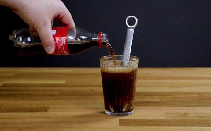6 Cosas que seguramente no sabías que podías hacer con una botella de Coca-Cola