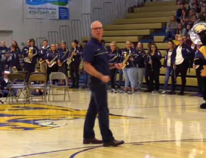 Unos profesores de instituto se hacen virales al interrumpir el discurso de un director antes de un partido