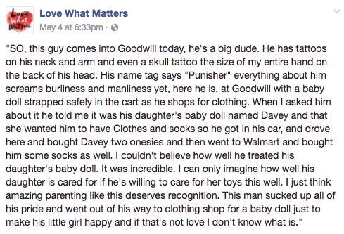 """Un """"macho alfa"""" se gana los corazones de Internet con la historia detrás de la muñeca que llevaba en el carrito"""