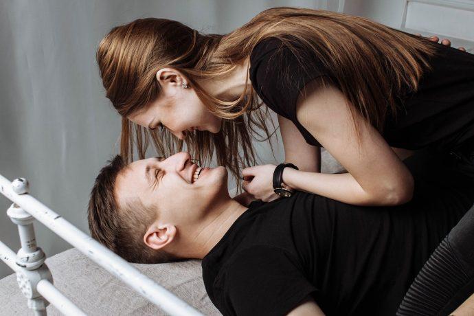Intrasexual, la teoría de Darwin que explicaría por qué las mujeres sufren más por amor que los hombres