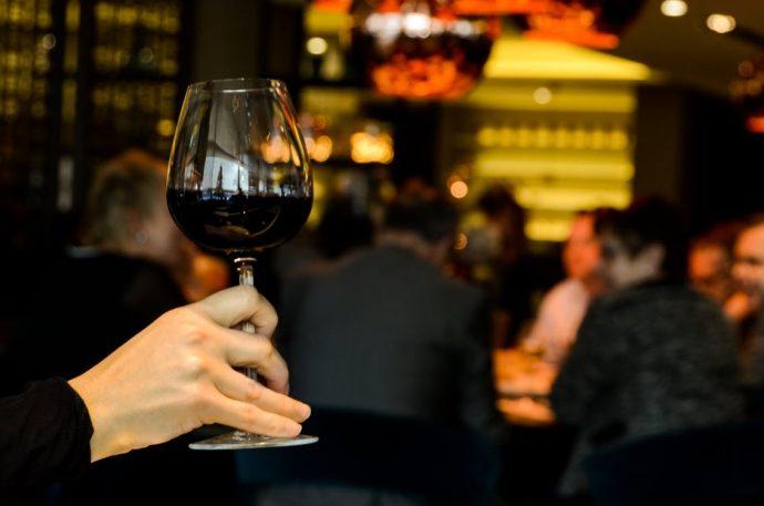 La ciencia desmiente el mito de que tomar una copa de vino al día es saludable