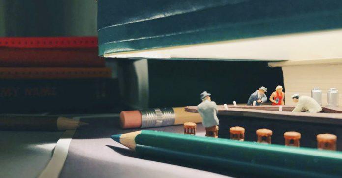 como crear una ciudad en tu escritorio con materiales de oficina banner