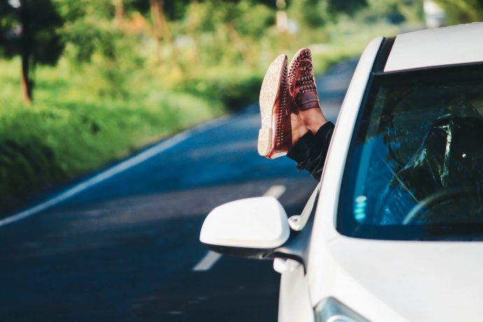 4 Cosas que deberíamos tener en cuenta antes de volver a conducir con chanclas para que no nos multen
