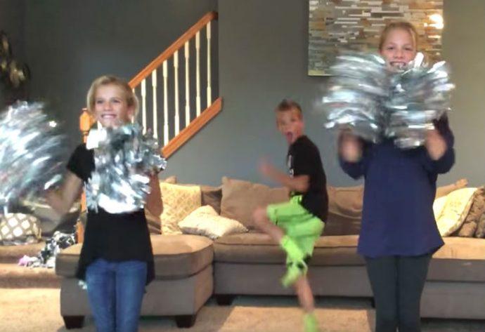 Un niño pequeño arruina el baile de sus dos hermanas sin saber que lo estaban grabando