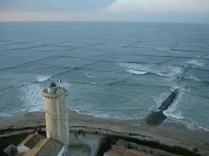 Un turista fotografía el fenómeno de las olas cuadradas antes de enterarse del peligro