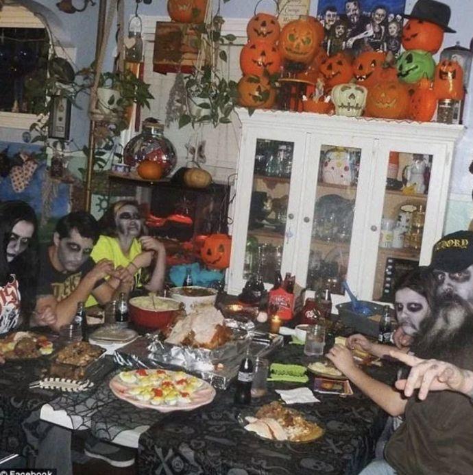 Familia Adams: La versión en carne y hueso cuya vida diaria es un Halloween constante