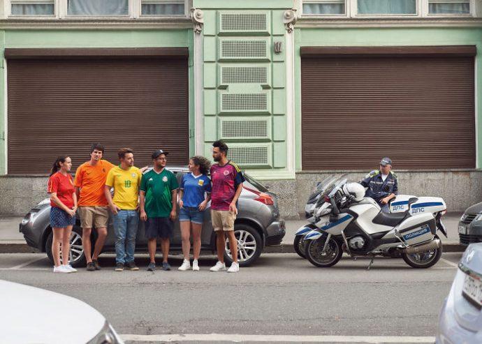 6 Activistas consiguen burlar las leyes rusas colando de forma ingeniosa la bandera gay