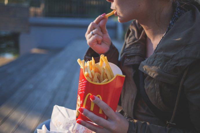 La hora a la que se come es la culpable de engordar, y no las calorías
