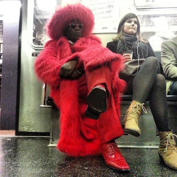 20 Situaciones surrealistas del día a día en el metro que habría que mirar dos veces