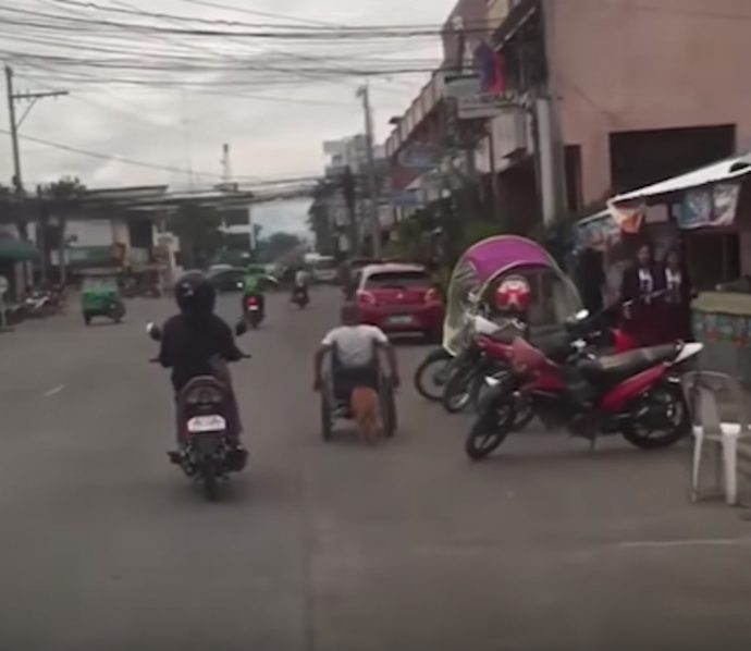 Un hombre en silla de ruedas se viraliza al ser pillado en vídeo por la calle
