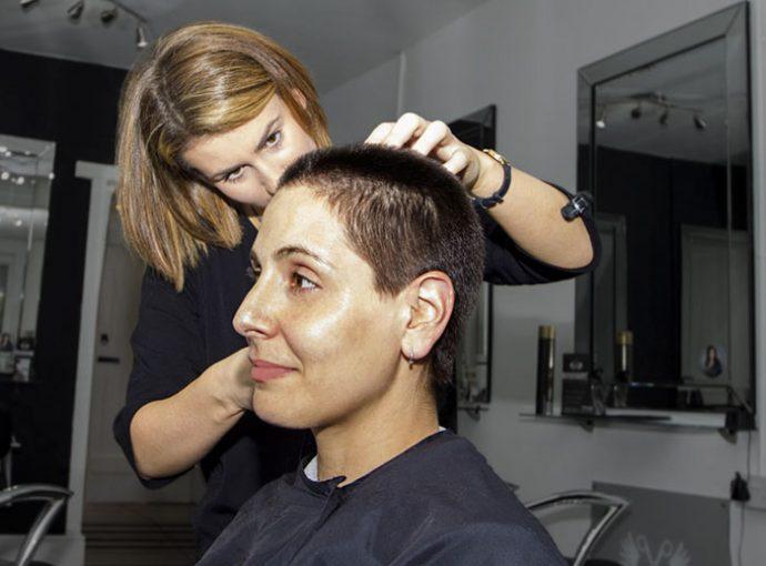 Una peluquera se viraliza al enseñar las cosas más raras que se ha encontrado en su trabajo