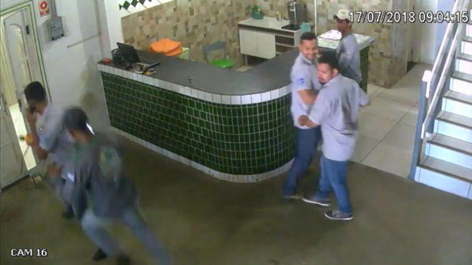 Unos trabajadores se viralizan al volverse locos cuando un Pitbull aparece en escena