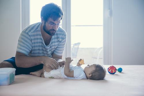 Un padre se hace viral con la foto cambiando el pañal a su hijo para denunciar una típica situación en los baños públicos