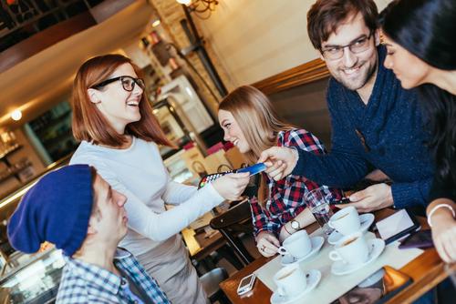 Las 3 Reglas de la Credit Card Roulette, la nueva técnica que usan los jóvenes para pagar las cenas