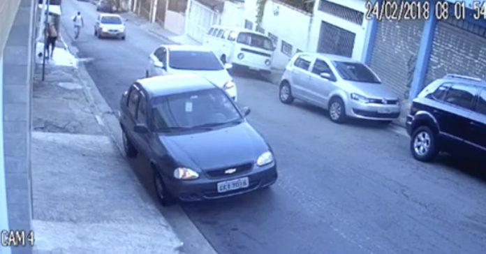 video viral hombre distraido carretera coche